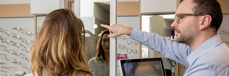 Optiker Brillen Hess bei Anpassung von Brillen mit Messgeräten